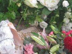 roze-gebaar-dodenherdenking-amsterdam-2009-krans