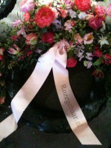 roze-gebaar-dodenherdenking-amsterdam-4-mei-2011-kransen